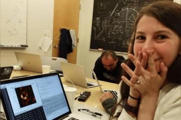 इस लड़की ने दुनिया को दिखाई ब्लैक होल की पहली तस्वीर, सोशल मीडिया पर हो रही है चर्चा