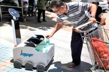 रोबॉट जो मिटा रहा लोगों की प्यास, मुंबई के 8 बच्चों ने किया तैयार