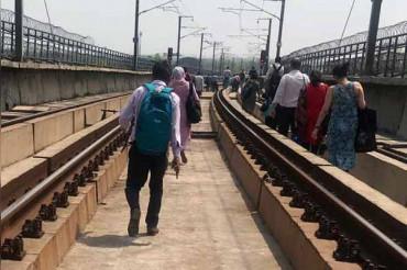 छतरपुर मेट्रो स्टेशन पर तार टूटने से यैलो लाइन बाधित, ट्रैक पर ही पैदल चल निकले यात्री