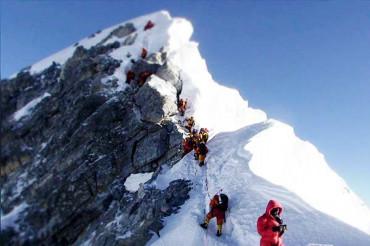 माउंट एवरेस्ट पर 'ट्रैफिक जाम', 200 से ज्यादा पर्वतारोहियों में से 13 की मौत