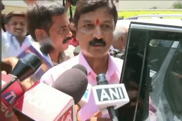 कर्नाटक की सत्ता पर 'संकट',  BJP नेता से मिलने उनके आवास पहुंचे 2 कांग्रेसी विधायक