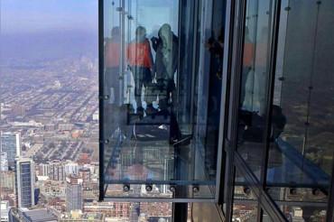 103वीं मंजिल पर चढ़कर कर रहे थे शहर का दीदार, तभी कांच में आई दरार और...