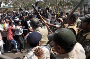 दिल्ली: टैम्पो ड्राईवर ने पुलिसवाले के सिर पर मारी तलवार, पुलिस ने भांजी लाठियां, वीडियो वायरल